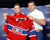 Marc Bergevin, directeur général des Canadiens de Montréal, avec le nouvel attaquant Jonathan Drouin, lors une conférence de presse au sujet de l'acquisition du joueur du Lightning de Tampa Bay.