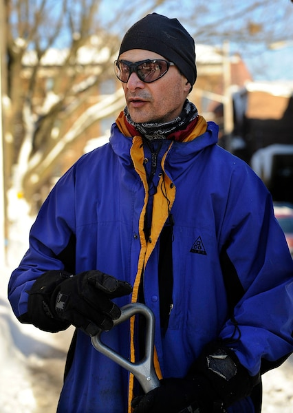 20170106-02 commercants pas content du deneigement. Des Jean-Yves, assistant-gerant au Coin des Coureurs de la rue Cartier deneige/deglace l'entree du commerce, vendredi le 06 janvier 2017. PHOTO: ANNIE T. ROUSSEL/JOURNAL DE QUEBEC/AGENCE QMI.