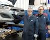 Denis Noël (à gauche), technicien en recherche automobile, et Martin Laplante, technicien en vérification auto chez CAA-Québec, ont fait l'inspection de la voiture, une Hyundai Elantra 2013, avant que notre journaliste se rende dans les cinq garages afin de la faire inspecter.