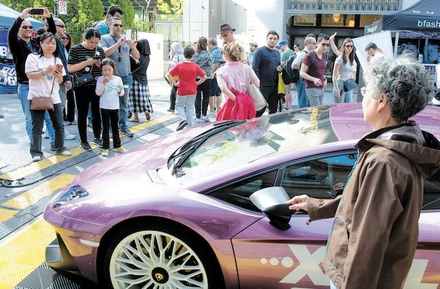 Les touristes qui se baladaient dans les rues bondées de Montréal ont pu admirer des voitures de luxe, telle cette Lamborghini mauve.