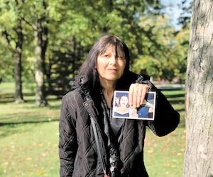Paula May veut trouver sa fille Jame-Laura May, 25 ans, disparue le13 octobre 2018. La photo que Mme May tient dans ses mains date de quatre ans.
