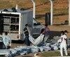 Des employés du bureau du Coroner transportaient les dépouilles des victimes de l'émeute, dimanche, à l'entrée de la prison d'Alcaçuz.