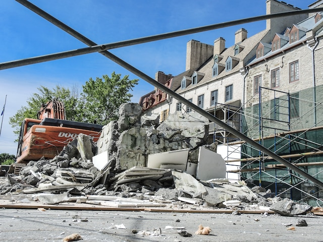 L'oeuvre malaimée Dialogue avec l'histoire, offerte par la France, a été démolie mercredi matin.