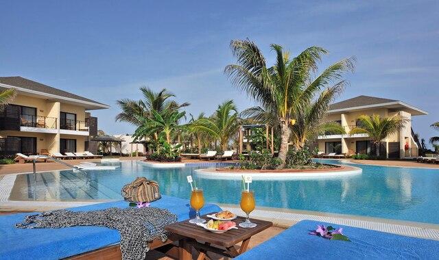 Relaxation garantie au bord de la piscine, en sirotant un savoureux cocktail.