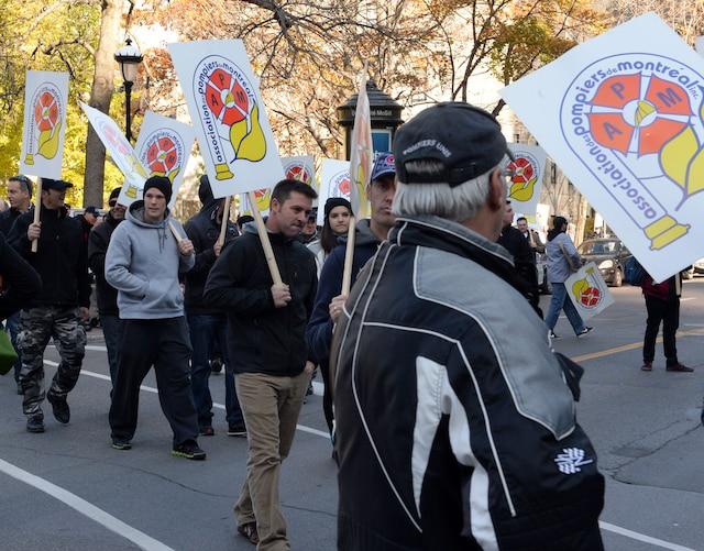 Manifestation «L'austérité: une histoire d'horreur» le vendredi 31 octobre à Montréal. Sur la photo, Kim De Baene et Véronique Laflamme, porte-parole de la coalition.