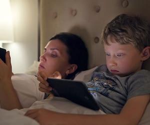 Les gens ne font pas le lien entre leur fatigue, la mauvaise qualité de leur sommeil et les écrans, observe une ergothérapeute. «Notre système ne se repose plus. Je le vois chez mes étudiants», dit aussi Johanne Roby, professeure de chimie.