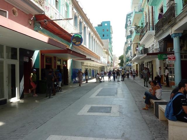 Il faut prendre le temps de s'asseoir sur un banc public pour prendre le pouls qui bat au coeur de La Havane.