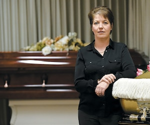 La directrice aux finances du Groupe funéraire Garneau, qui gère 14salons funéraires au Québec, Valérie Garneau. Cette dernière dénonce les pratiques d'Afterlife, dont les pratiques semblent troubler certains proches de disparus.