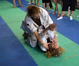 La maître de taekwondo Rosalie Martin (au sol) montre aux participantes comment se dégager d'un agresseur qui leur grimperait dessus. Cette formation s'est déroulée à Ahuntsic, samedi matin.