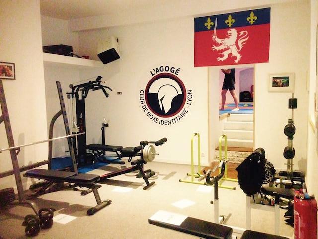 Le groupe identitaire propose des séances de musculation, de CrossFit et des stages d'auto-défense encadrés.
