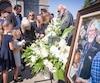 Les proches de Tex Lecor l'ont salué pour une dernière fois sur le parvis de l'église Saint-Louis-de-France à Terrebonne, samedi.