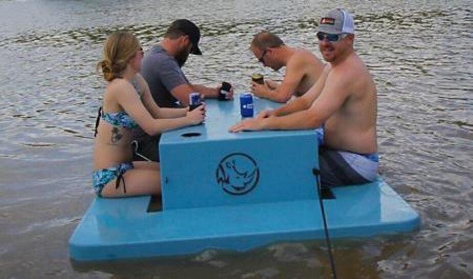 Image principale de l'article Cette table de pique-nique flottante est PARFAITE