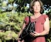 Michelle Charbonneau a réalisé qu'on lui avait volé son portefeuille qui était dans sa bourse, déposée dans un panier d'un Walmart. Elle a accepté de livrer son témoignage afin de sensibiliser les gens à ce type de fraude et d'éviter que ça se reproduise.