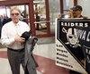 Le propriétaire des Raiders Mark Davis croisant des amateurs de football de Las Vegas en allant rencontrer les autorités du Nevada en avril dernier.