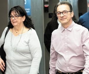 Michel Cadotte, qui a assisté à tout son procès, comme ici en compagnie d'une proche, a maintenant son sort entre les mains du jury.