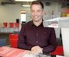 Benoît Mercier, fondateur et directeur des ventes de PolarMade, avec la nouvelle pelle du SnowPeeler qui sera bientôt commercialisée.