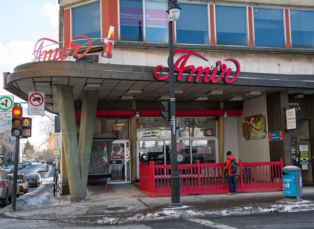 La succursale de Sainte-Catherine Est est située en face du parc Émilie-Gamelin, à  Montréal.
