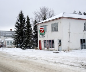 Le village de Rochebaucourt entre Amos et Lebel-sur-Quévillon en Abitibi est passé de 1800 citoyens à 161 en 60 ans. Le dernier resto-bar du village est fermé depuis plusieurs années, de même que les trois épiceries.