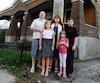 Ian Clermont et Guylaine Valois, accompagnés de leurs enfants Bryan, 14 ans, Amy, 9 ans, et Laury, 6 ans, devant leur maison centenaire de Lachine.