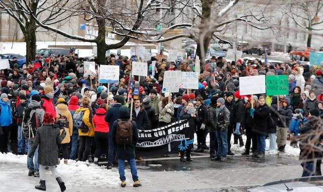 De nombreux étudiants, mais aussi des personnes plus âgées et plusieurs familles, ont manifesté sur la colline Parlementaire, samedi, pour faire part de leur opposition au projet de troisième lien.