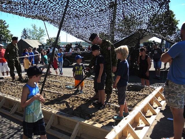 Des nombreuses familles ont profité de la première journée portes ouvertes de la base militaire de Valcartier.