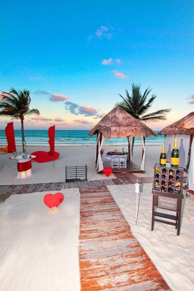 Un souper sur la plage dans une cabana est sans conteste le  summum du romantisme ! L'ode à l'amour débute merveilleusement  bien avec une flûte de Veuve Clicquot en guise d'apéro, sur une  trame musicale apaisante, le doux murmure des vagues.