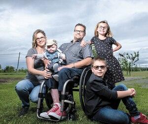 Cindie Côté et Julien Dulude en présence de leurs enfants Jay (sur les genoux), Chloé et Olivier.
