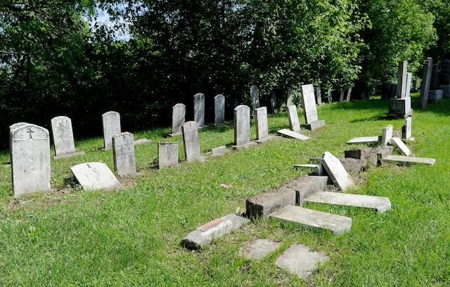 Plus de 200 pierres tombales ont été vandalisées au Cimetière Saint-Charles.