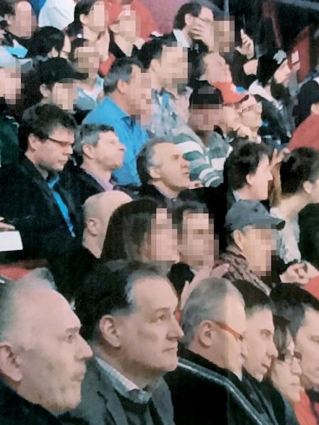 Les fonctionnaires du gouvernement, comme les trois sur cette photo, y penseront deux fois avant d'assister à un match du Canadien avec un représentant d'une firme privée en informatique.