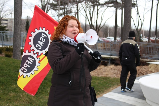 Des professeurs, chargés de cours, étudiants et employés ont manifesté lundi avant-midi sur plusieurs campus universitaires, dont l'Université Laval, pour dénoncer les compressions en éducation.