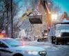 Les travailleurs de la sécurité publique ont dû s'assurer que le pont du boulevard Père-Lelièvre allait tenir le coup sous l'imposant poids de la machinerie.