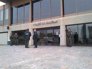 Des équipes d'agents de la SQ ont perquisitionné, le jeudi 4 octobre 2012 en après-midi, le domicile du maire de Laval, Gilles Vaillancourt ainsi dans ses bureaux à l'Hôtel de Ville