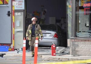 Une voiture a percuté la vitrine d'une garderie de Laval.