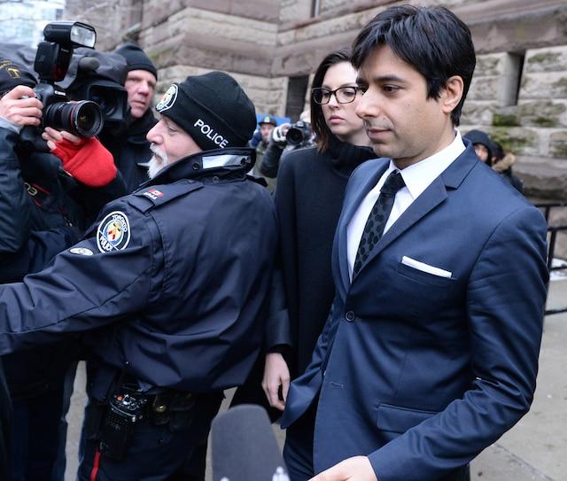 Jian Ghomeshi quittant le palais de justice de Toronto.