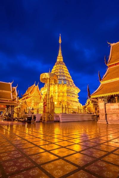 Le Wat Phra Mongkhon Bophit abrite le plus grand bouddha  de bronze de la Thaïlande.