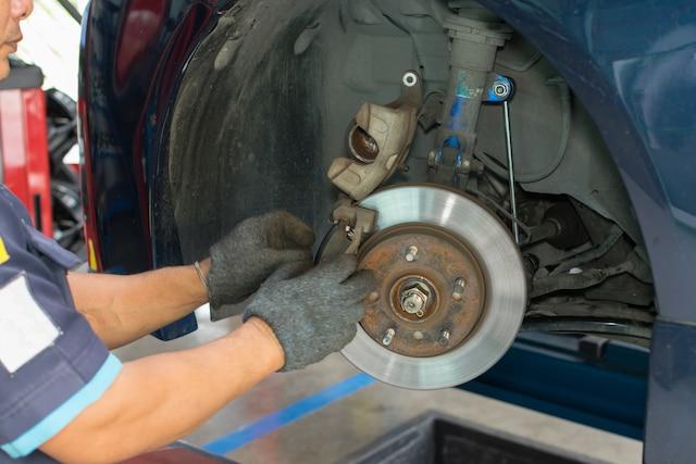 Avec l'arrivée de l'automne et avant que les premiers flocons se mettent à tomber, le moment est propice pour faire vérifier et effectuer un entretien au besoin des différentes composantes de freins de votre véhicule.