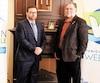 Le DG adjoint de Weedon Fabian Garcia (à gauche) et le maire Richard Tanguay ne s'en cachent pas: ils sont fortement en faveur du mégaprojet d'usine de cannabis médical qui pourrait s'établir dans leur municipalité.