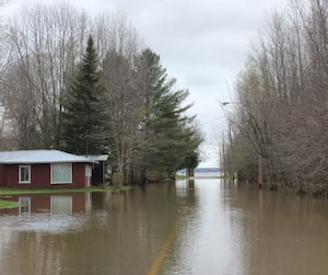 Le fleuve St-Laurent déborde dans ce secteur riverain de Gentilly, à Bécancour.