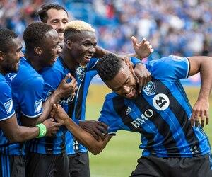Anthony Jackson-Hamel ( à droite ) a été chaleureusement félicité par ses coéquipiers de l'Impact après son but inscrit en fin de rencontre.