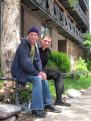 Derek Mackinnon (à gauche) habitait l'appartement situé au-dessus de celui de Luka Magnotta. Il a joué le rôle du tueur dans le film d'épouvante Le Train de la terreur dans les années 1980 (avec Jamie Lee Curtis et David Copperfield). Edward Tibbo (à droite) est un ancien voisin de Magnotta et l'a croisé plusieurs fois sans jamais lui parler.