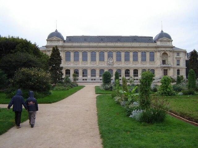 En se baladant dans le Jardin des Plantes, impossible de ne pas voir cet immense bâtiment qui abrite la Grande Galerie de l'Évolution.