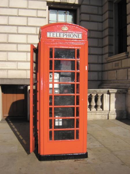 Une cabine téléphonique typiquement londonienne