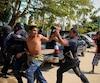 Au moins 11 personnes ont été tuées et 30 arrêtées pendant des affrontements entre civils, miliciens et policiers, dimanche dans le sud du Mexique.