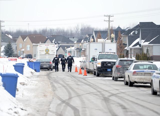 Deux corps ont été retrouvés à l'intérieur d'une résidence du boulevard Pierre-Le Gardeur, à Terrebonne, le jeudi 13 février 2014.