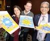 De gauche à droite, Patricia-Anne Blanchet, Jasmin Roy et Marco Bacon présentent quelques affiches développées par MmeBlanchet pour aider les jeunes Autochtones à identifier leurs émotions et leurs besoins.