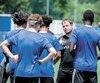 Nicolas Gagnon donne ses consignes à ses jeunes joueurs à la veille du départ pour Kansas City, plus tôt cette semaine.