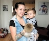 Joanie Lessard-Roy a acheté pour son fils des tuques de la compagnie Mpompon. L'une est notamment décousue.