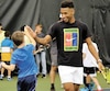 Félix Auger-Aliassime a fait de nombreux heureux samedi lors de son passage à l'Académie Hérisset-Bordeleau de Québec. Il a enseigné quelques rudiments du tennis à des jeunes de 5 à 10 ans avant de se prêter à une séance d'autographes.
