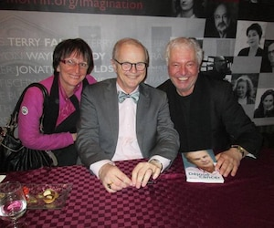 L'auteur de ce texte, Serge Drouin, se trouve à la droite de la photo, et sa conjointe, Sylvie Jutras, à la gauche. Au centre, le regretté collègue Albert Ladouceur.