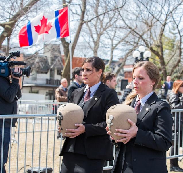 Funérailles à la mémoire de Monsieur Jean Lapierre et de Madame Nicole Beaulieu à l'église St-Viateur d'Outremont à Montréal, le samedi 16 avril 2016. Sur la photo: L'arrivée des deux urnes à l'église.  TOMA ICZKOVITS/AGENCE QMI